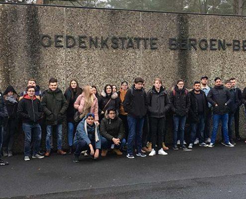 Schülergruppe vor Bergen-Belsen